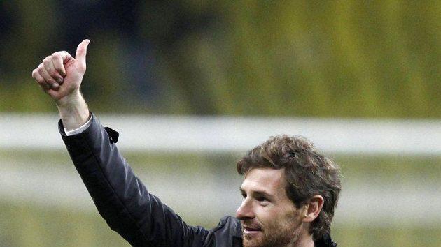Spokojený trenér Chelsea André Villas-Boas na první tiskové konferenci en házel úsměvy.