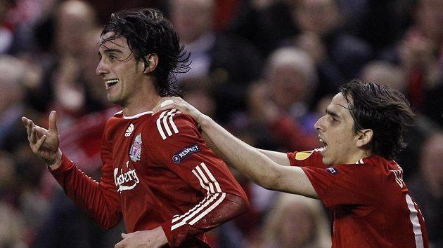 Alberto Aquilani (vlevo) a Yossi Benayoun z Liverpoolu se radují z branky.