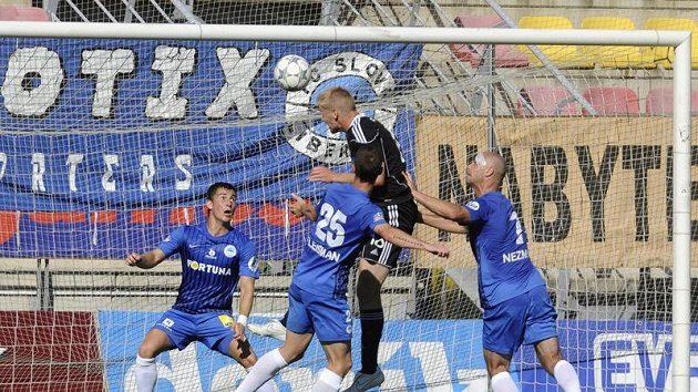Příbramský hráč stříli gól do sítě Liberce