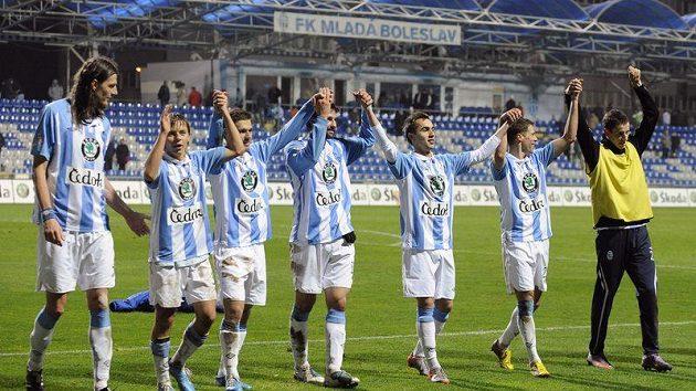 Hráči Mladé Boleslavi se radují s fanoušky.