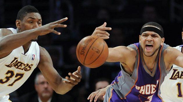Basketbalista Los Angeles Lakers Ron Artest (vlevo) uniká Jaredovi Dudleyovi z Phoenixu Suns.