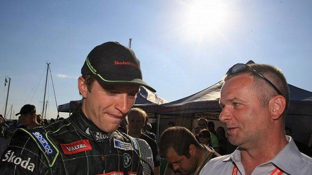Finský pilot Juho Hänninen (vlevo) zabraný do rozhovoru s šéfem týmu Škoda Motorsport Michalem Hrabánkem.