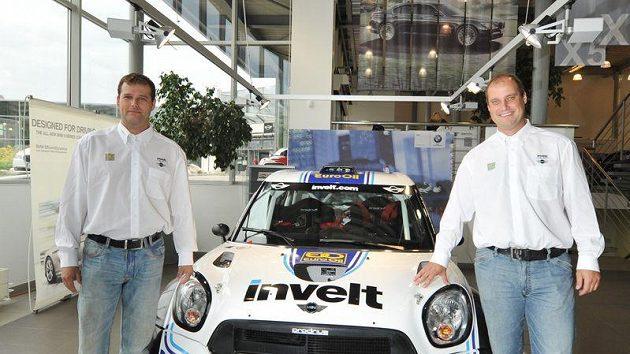 Václav Pech (vpravo) s vozem Mini