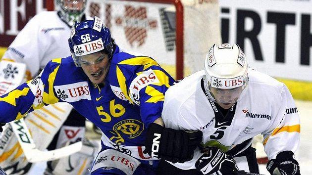 Dino Wieser z Davosu (vlevo) v souboji s karlovarským Markem Melenovským v utkání Spenglerova poháru.