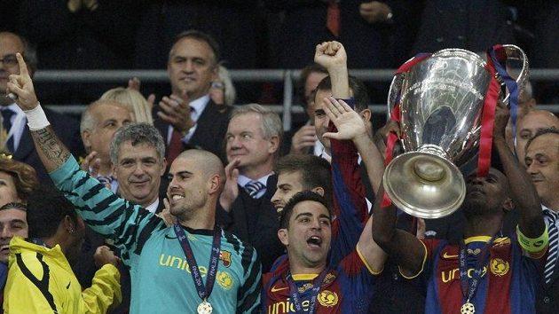 Fotbalisté Barcelony se radují z vítězství v Lize mistrů.