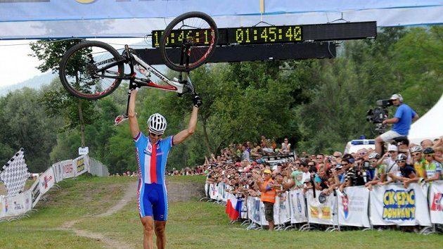 Vítězné gesto Jaroslava Kulhavého v cíli závodu ME horských kol na Slovensku.