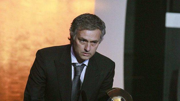 Portugalský trenér José Mourinho s oceněním pro nejlepšího trenéra roku 2010 při vyhlašování ankety Zlatý míč FIFA 2010