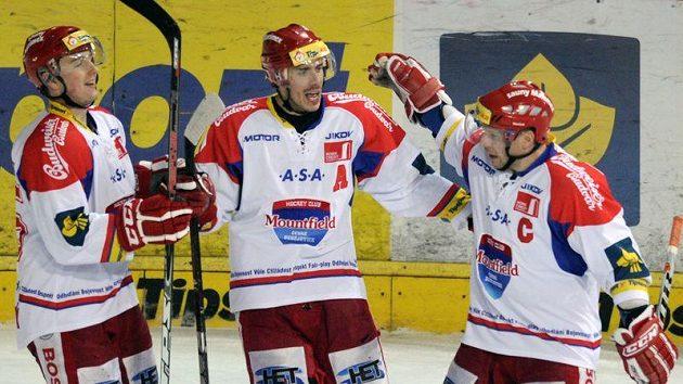 Hokejisté Českých Budějovic se radují z gólu na Spartě