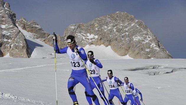 Čeští běžci na lyžích trénují na ledovci na Dachsteinu.