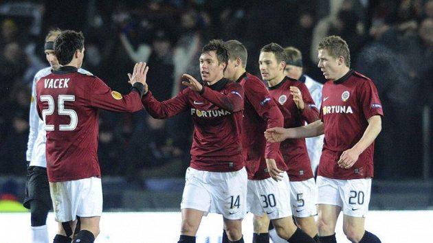 Fotbalisté Sparty se radují po brance Václava Kadlece (druhý zleva). Ten se znovu podívá do Liverpoolu - a celý tým s ním!