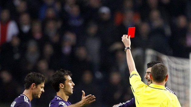 Xabi Alonso (zcela vlevo) dostává červenou kartu a je tomu rád.