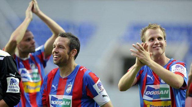 Fotbalisté Plzně oslavují po výhře nad Teplicemi první vítězství v sezóně.