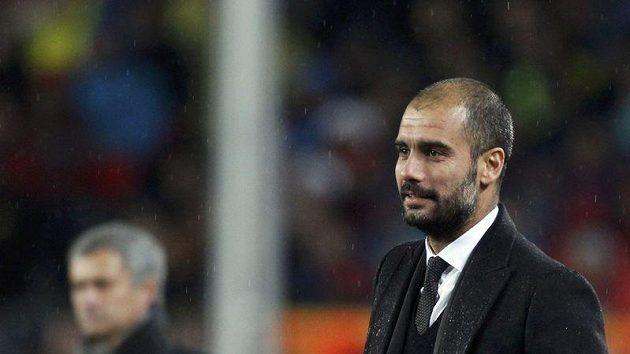 Trenér Barcelony Pep Guardiola před svým protějškem z Realu Mourinhem