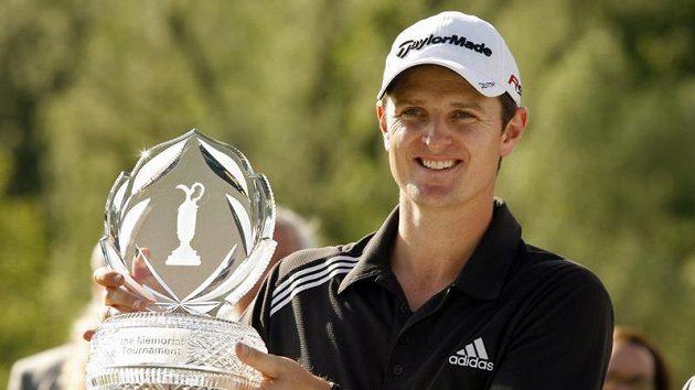 Anglický golfista Justin Rose s trofejí pro vítěze turnaje Memoriál amerického Dublinu.