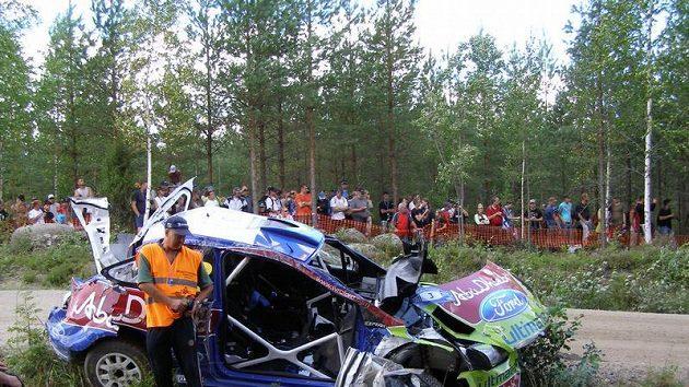 Mikko Hirvonen během první etapy Finské rallye děsivě havaroval, z jeho vozu zůstala jen hromada šrotu.