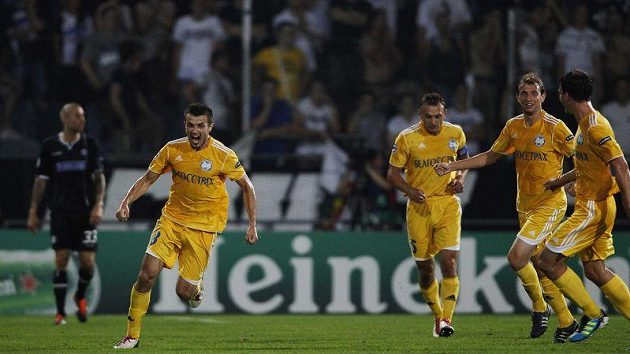 Alexander Volodkov (vlevo) z BATE Borisov se raduje z gólu. Ilustrační foto.