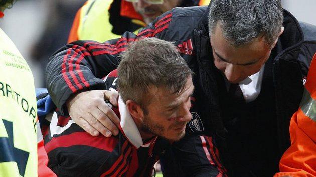 David Beckham v péči klubového lékaře poté, co si v zápase AC Milán v Chievu na jaře přetrhl achillovky.