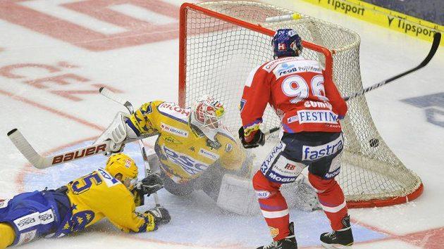 Radovan Somík z Pardubic (vpravo) dává druhý gól Tomáši Dubovi ze Zlína (uprostřed).