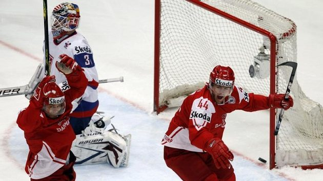 Střelec dánskéhé gólu Mads Christensen (vlevo) jásá před zdrceným brankářem Slovenska Peterem Budajem.