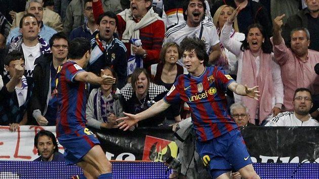 Fotbalisté Barcelony Lionel Messi (vpravo) a Xavi Hernandez oslavují vstřelenou branku v utkání s Realem Madrid.