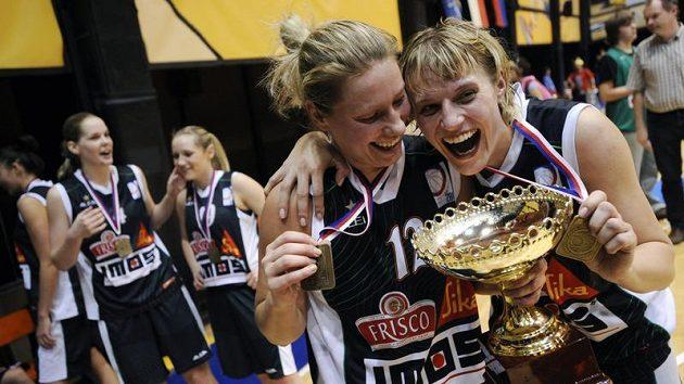 Zprava Hana Horáková a Zuzana Žirková z Frisco Sika Brno se radují z vítězství a zisku titulu mistryň