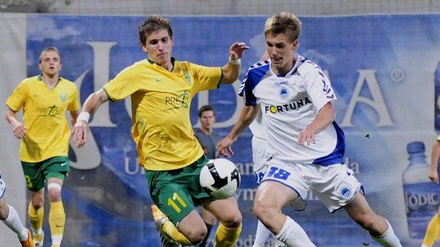 Peter Pekarík ze Žiliny (vlevo) v souboji o míč s Bořkem Dočkalem ze Slovanu Liberec v odvetném zápase 2. předkola fotbalového Poháru UEFA.