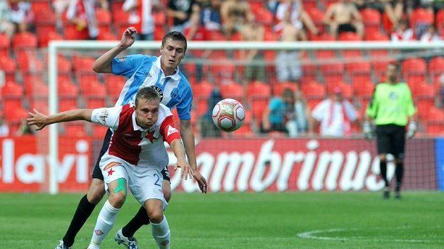 Útočník Slavie Jakub Hora si kryje míč před mladoboleslavským Davidem Brunclíkem.