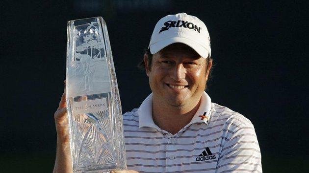 Jihoafričan Tim Clark s trofejí pro vítěze Players Championship