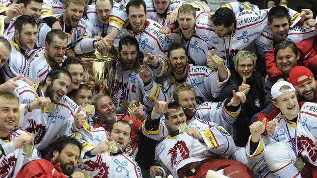 Poslední šampióni. Hokejisté Třince slaví premiérový extraligový titul.
