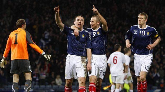 Skot Scott Brown (vlevo) se raduje z branky do sítě českých fotbalistů v přípravném utkání.