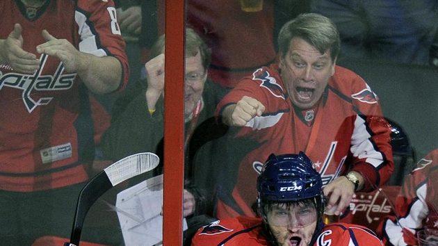 Alexander Ovečkin slaví svůj gól proti Torontu. V minulé sezóně NHL jich vstřelil 57.
