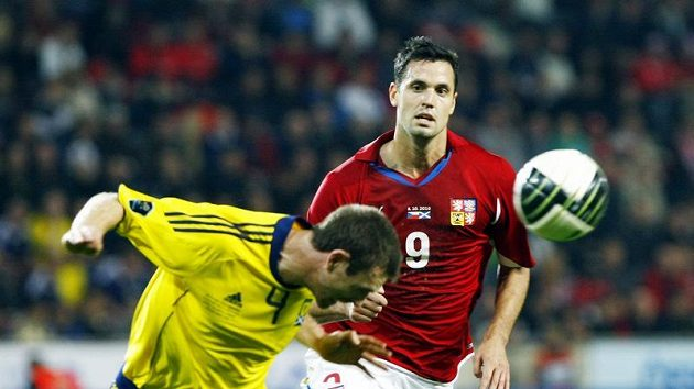 Lukáš Magera (vpravo) bojuje v dresu české reprezentace o míč se Skotem McManusem.