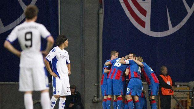Hráči Kodaně smutně sledují radující se Plzeňáky.