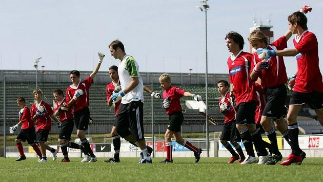 Petr Čech (v bílém) během tréninku se svými svěřenci.