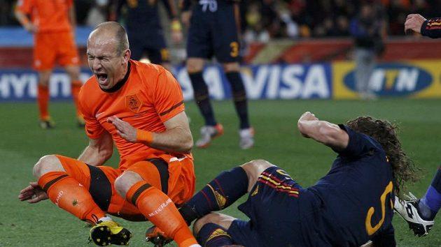 Ve finále se hodně jiskřilo...Španěl Puyol si za faul na Robbena vysloužil žlutou.