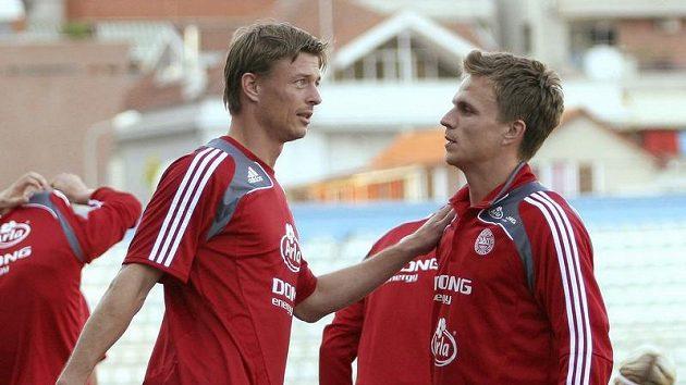 Dánští fotbalisté Jesper Gronkjaer (vpravo) a Jon Dahl Tomasson