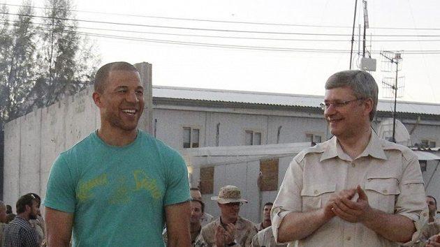 Jarome Iginla (vlevo) a kanadský premiér Stephen Harper v Afghanistánu