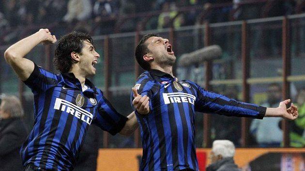 Fotbalista Interu Milán Thiago Motta (vpravo) a jeho spoluhráč Andrea Ranocchia se radují z branky.