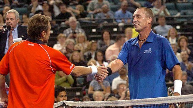 Ivan Lendl (vpravo) si podává po exhibici ruku s Matsem Wilanderem.