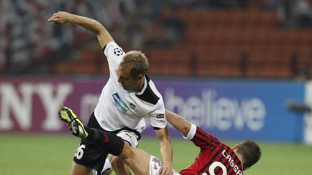 Daniel Kolář z Plzně (vlevo) bojuje s Antoniem Cassanem z AC Milán.