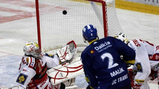 Puk z hole vítkovického Marka Malíka (v modrém) plachtí přes bezmocného brankáře Slavie Miroslava Kopřivu.