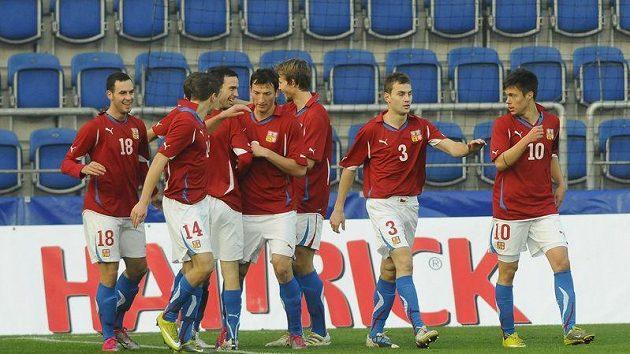 Čeští fotbalisté do 21 let se radují z branky.