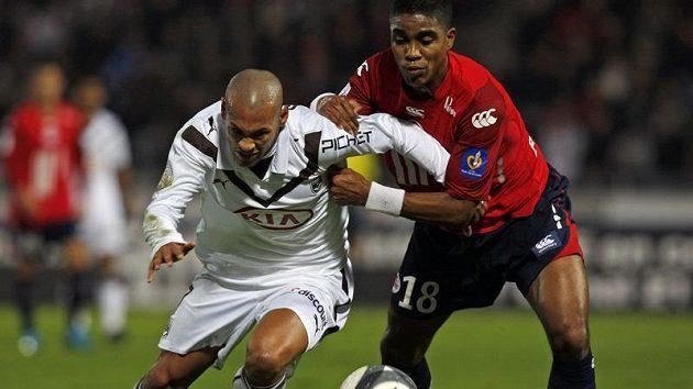 Yoan Gouffran z Girondins Bordeaux (vlevo) bojuje o míč s Franckem Beriou z Lille.