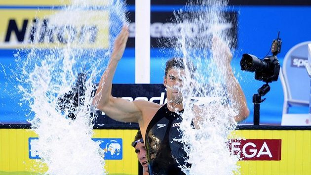 Americký plavec Michael Phelps se raduje ze svého vítězství na mistrovství světa v Římě a po světovém rekordu na 100 metrů motýlek.