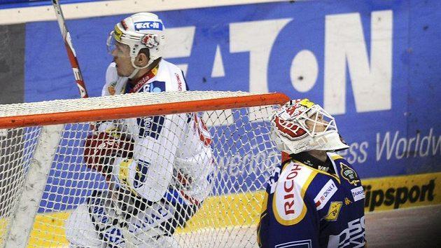 Martin Bartek z Pardubic se raduje po překonání zlínského brankáře Tomáše Duby ve čtvrtfinále play-off.