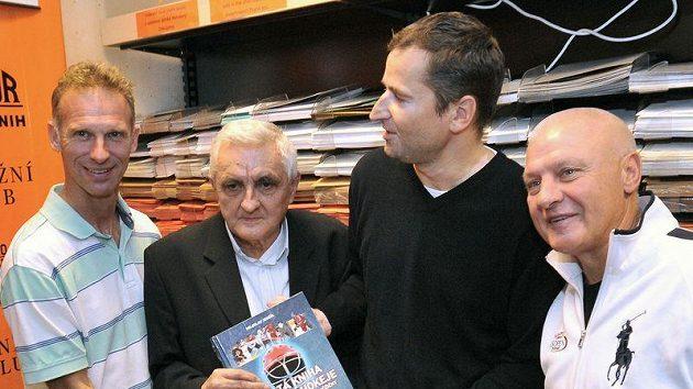 Dominik Hašek na křtu knihy Miloslava Jenšíka (uprostřed) Zlatá kniha ledního hokeje