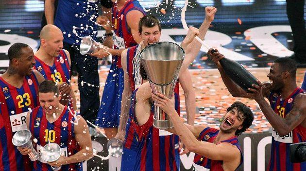 Luboš Bartoň (vzadu vlevo) oslavuje se spoluhráči z Barcelony triumf v basketbalové Evropské lize.