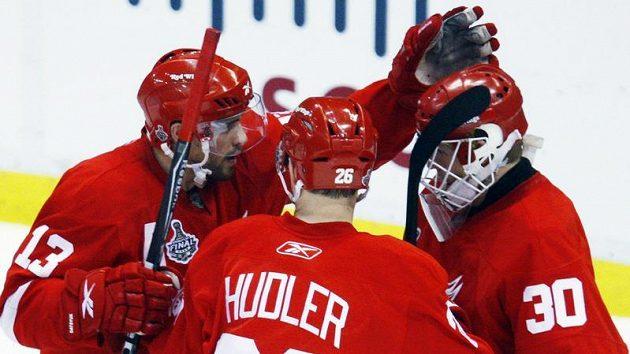 Hokejisté Detroitu se radují z výhry v pátém finále nad Pittsburghem