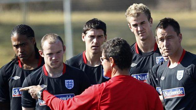 Když káže Fabio Capello... Angličané Glen Johnson, Wayne Rooney, Gareth Barry, Joe Hart a John Terry (zleva doprava) poslouchají kouče na tréninku.
