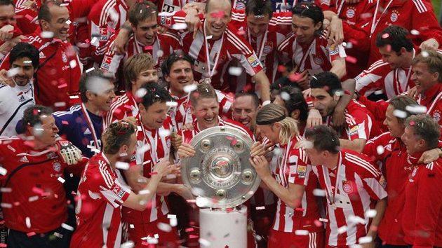 Fotbalisté Bayernu Mnichov oslavují německý titul